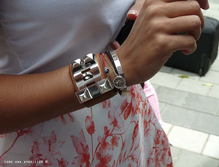 street-style-white-t-shirt-bracelets-floral-print-skirt-colombiamoda-como-una-aparición