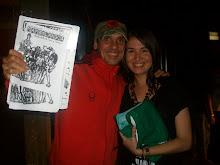 Manu Chao tiene y muestra nuestra revista Próxima Estación y el fanzine Mambolandia