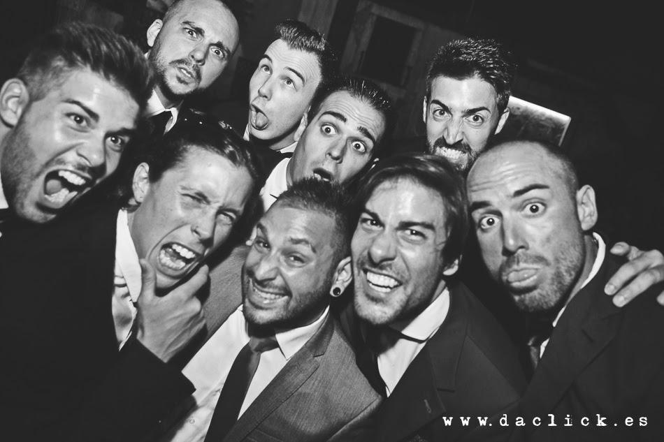 los amigos del novio poniendo una cara fea para el fotografo de la boda