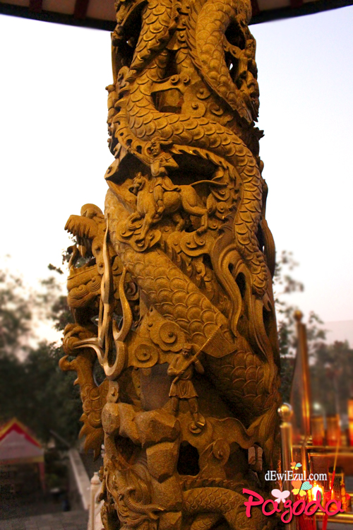 tiang ukiran di pagoda semarang