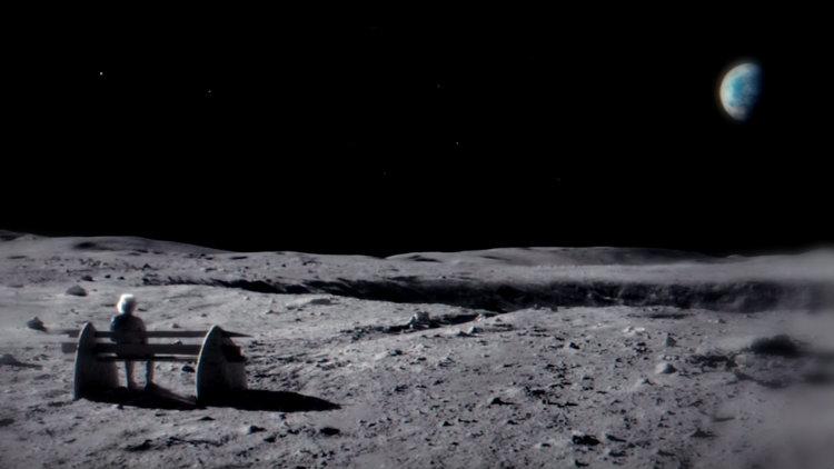 Um senhor de idade sentado num banco na Lua. Ao fundo, o redondo e pequeno planeta Terra.