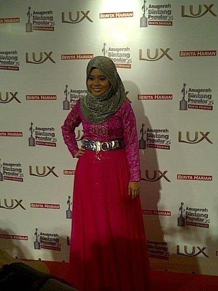 ARTIS) Gambar Fesyen Artis Di Anugerah Berita Harian 2012