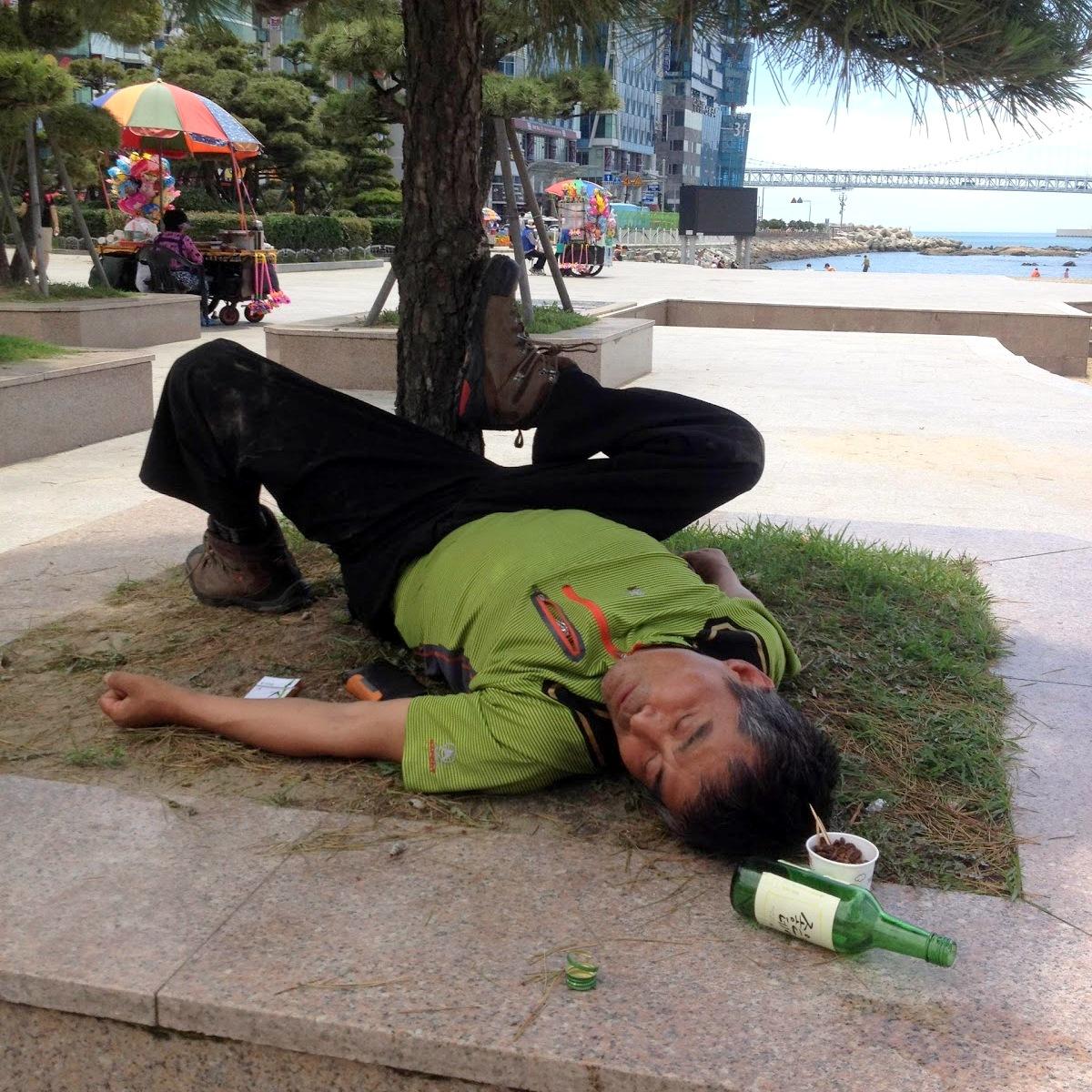 Coreano borracho en un parque