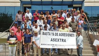 Acto de protesta de los examinadores de Tráfico de Sevilla por la agresión a un compañero