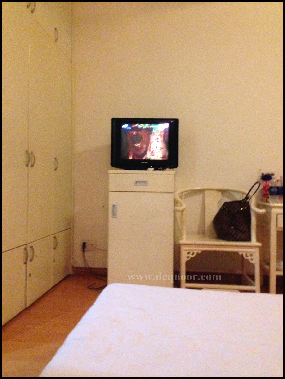 Saigon Pink 2 Hotel - TV, pantry and refrigerator