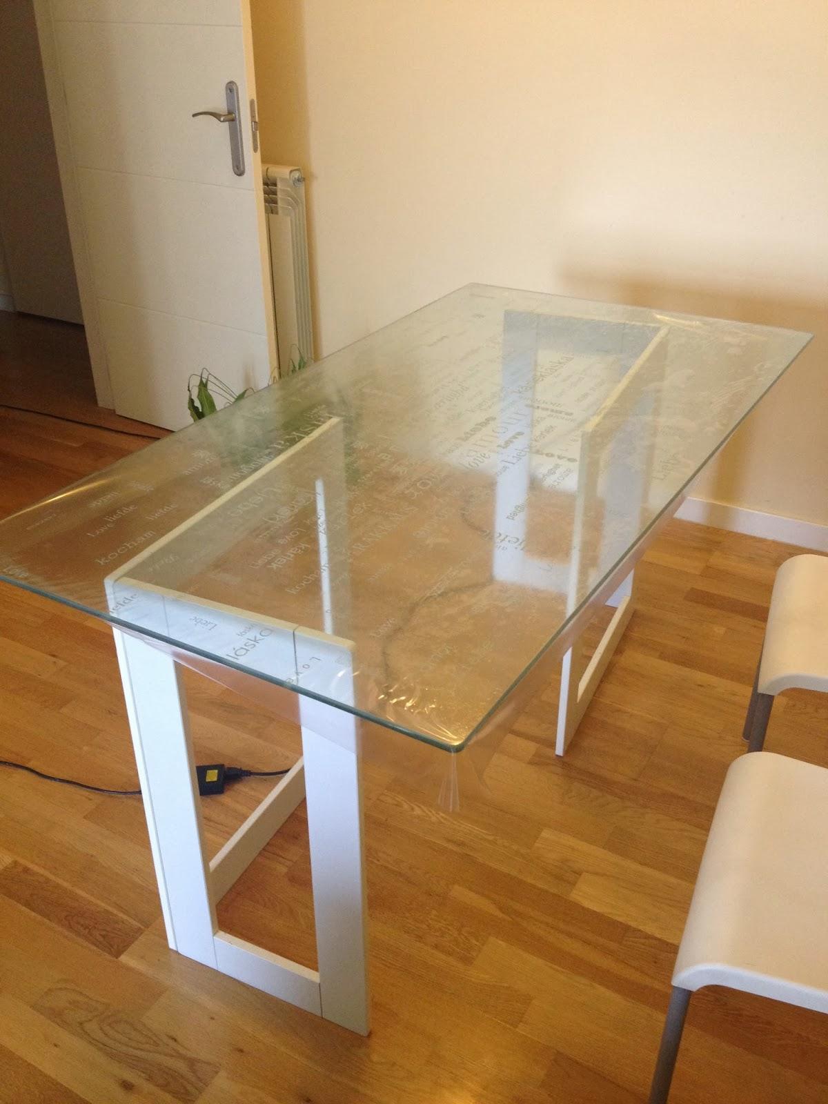 Un escritorio glasholm finnvard reconvertido en una - Mesa transparente ikea ...