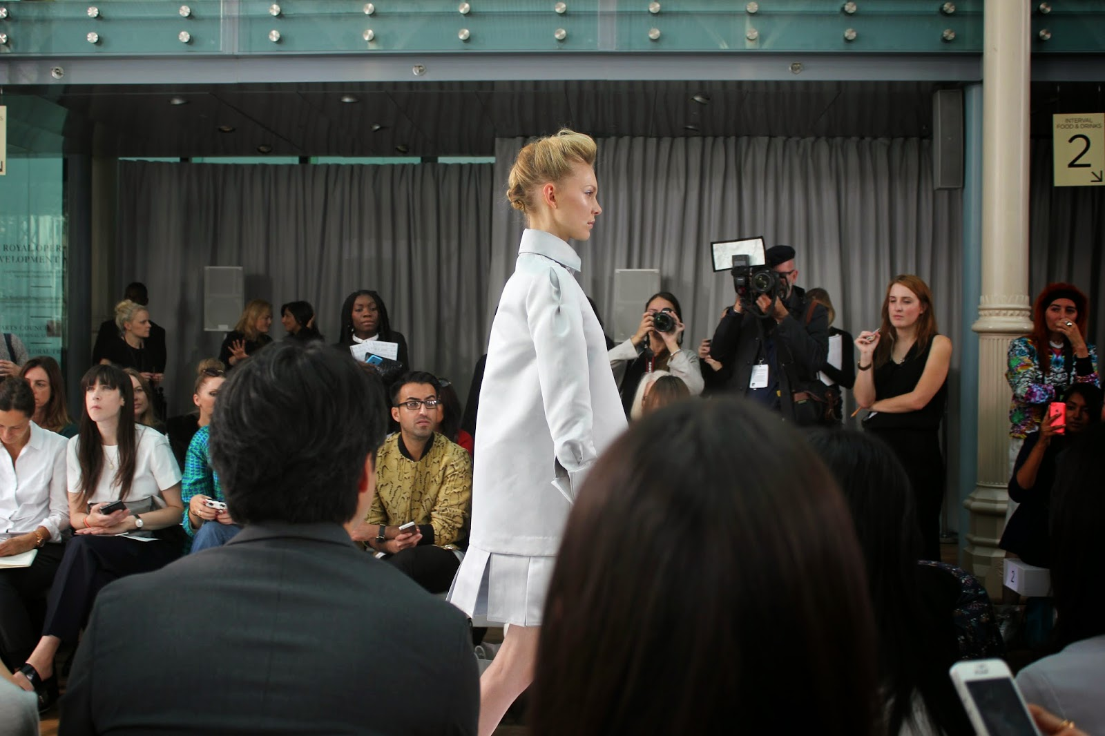 london-fashion-week-2014-lfw-DAKS-show-catwalk-spring-summer-2015-models-clothes-fashion-frow-royal-opera-house-dress-collar