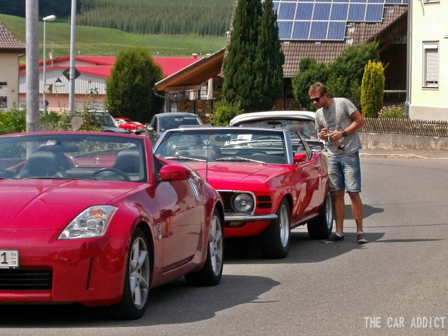 red Ford Mustang and red Nissan 370 Z