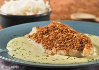 Bacalao con pan de coco sobre crema de avellanas y ajo
