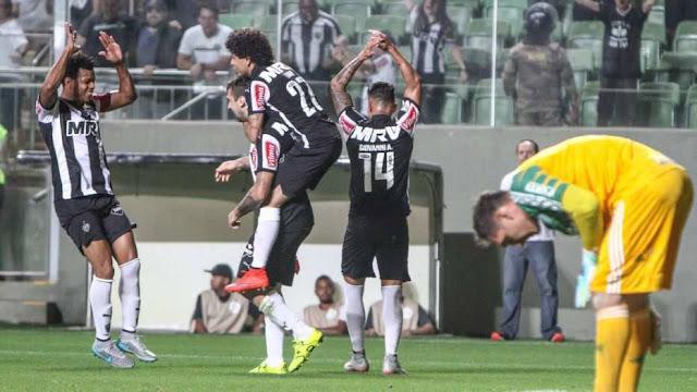 Fernando Prass não conseguiu segurar o poderio do goleador Lucas Pratto, que fez os dois gols do Atlético-MG no Independência