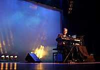 Synergy/Larry Fast durante su actuación en el festival Alfa Centauri en Bussum, Holanda, en marzo de 2002