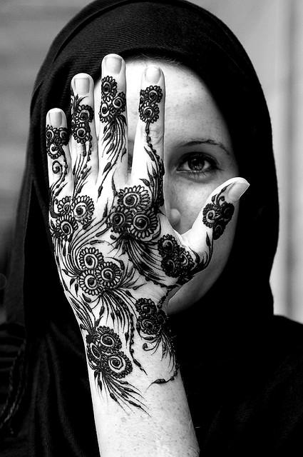 A tradição e beleza exótica das tatuagens Mehndi feitas de Henna