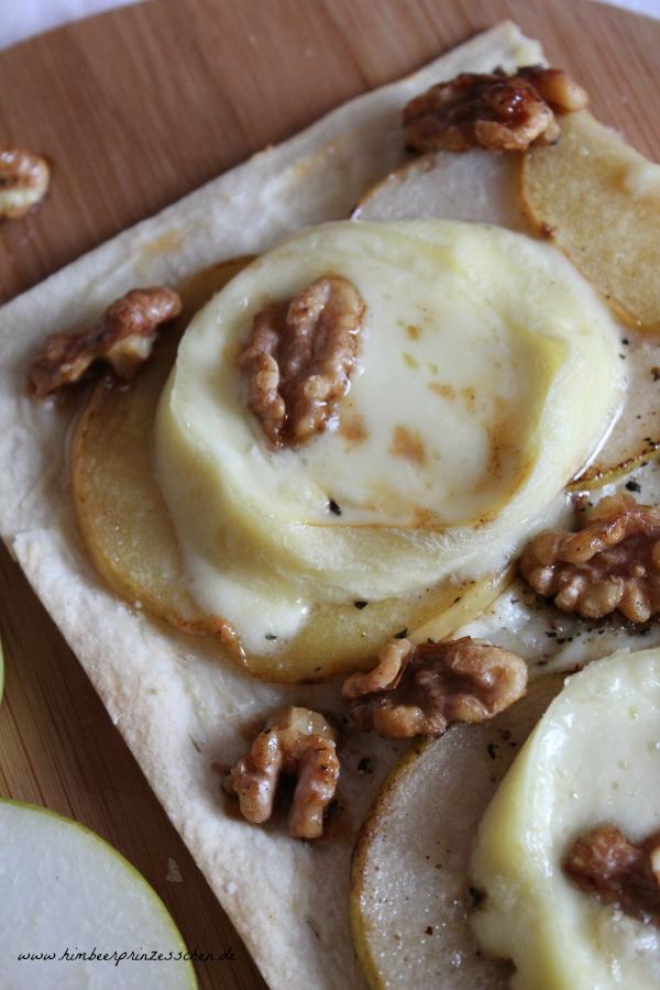 Flammkuchen Camembert Birne Walnüsse Äpfel Holzbrett Food Blog Himbeerprinzesschen