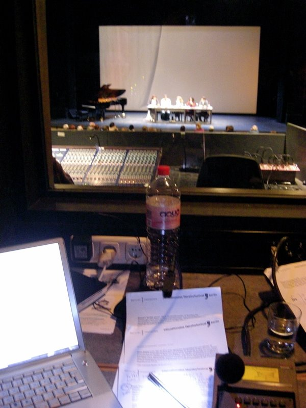 Im Theater: Blick aus dem Tonraum, improvisierte Dolmetscherkabine, auf die Diskutanten im Bühnenbereich