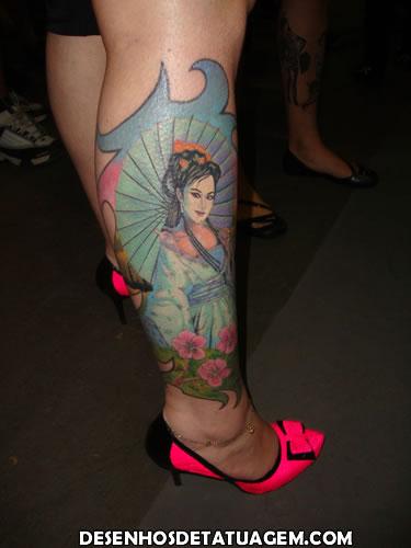 Gueixa colorida em Tattoo na panturrilha