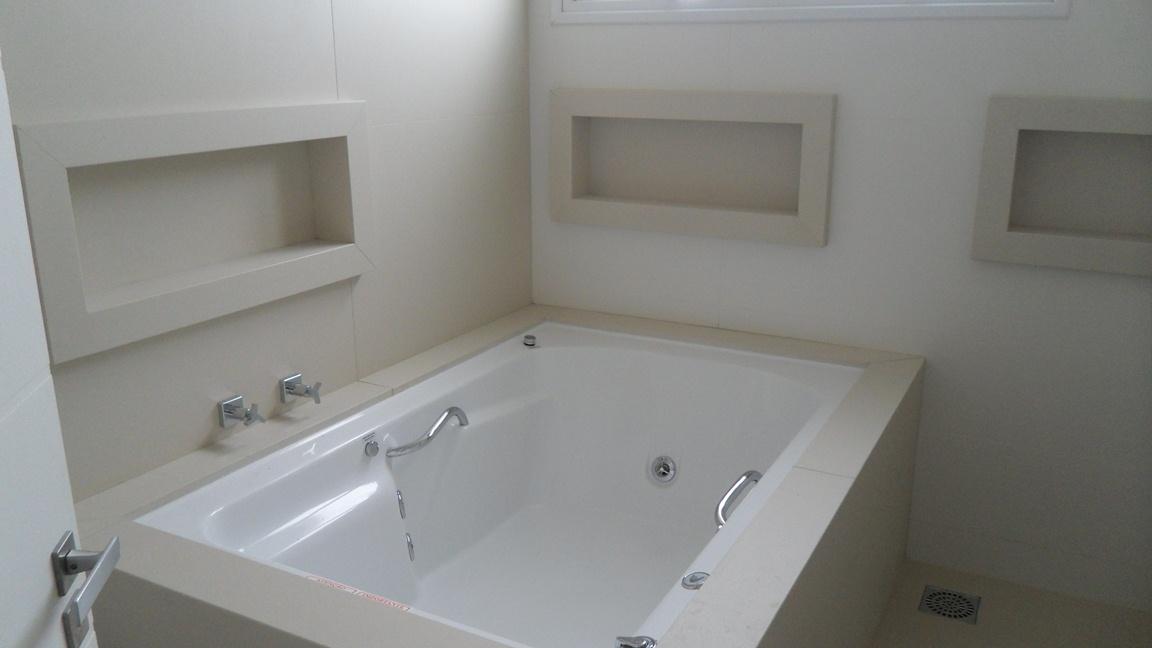 Bel Taglio , cortes especiais em porcelanato Banheiro com nichos em meia es -> Acabamento De Banheiro Com Banheira