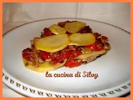 Tortino con patate, pomodori, salsiccia e funghi