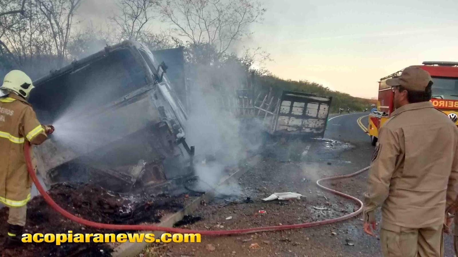Caminhão é tomado por chamas após acidente em Acopiara