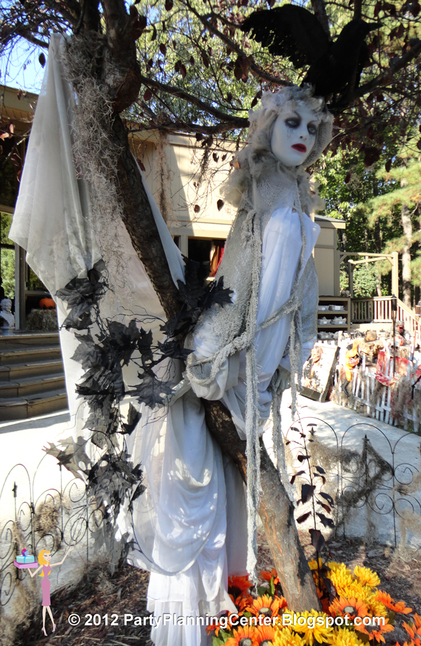 Party planning center 10 creepy outdoor halloween for Ghost decoration ideas