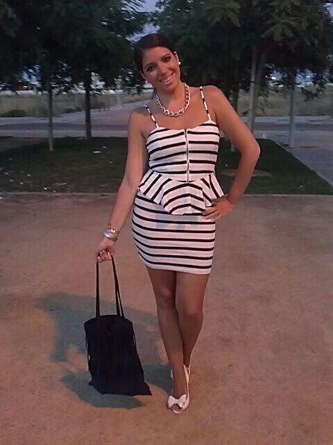 Vestido blanco con zapatos azul marino