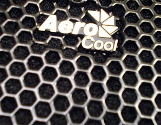 Logotipo Aerocool en el frontal del chasis de PC Xpredator de Aerocool. Tecnocultras.com/José Carlos Pedrouzo Varela