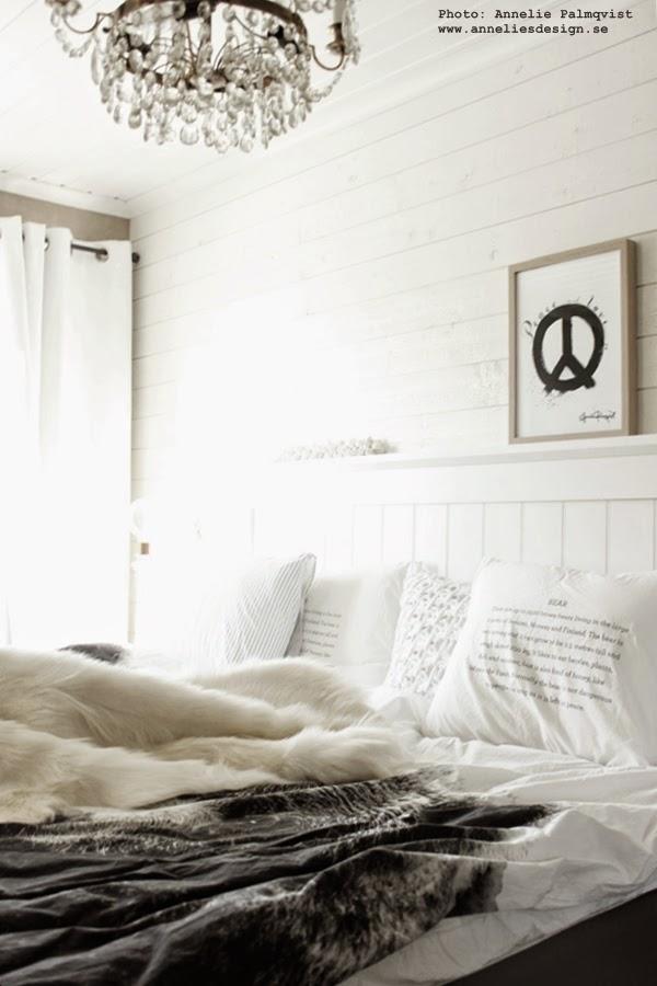 svart och vitt, sovrum, getskinn, vitt, vita väggar, panel, liggande panel i sovrummet, peace konsttryck, svartvita tavlor, artprint, poster, by nord sängkläder, vit huvudgavel, tempur säng
