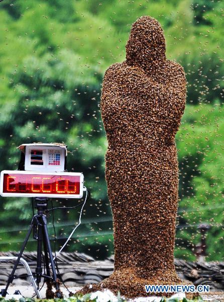 Wang Dalin diselimuti dengan 26kg lebah