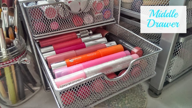Middle storage drawer for lip crayons