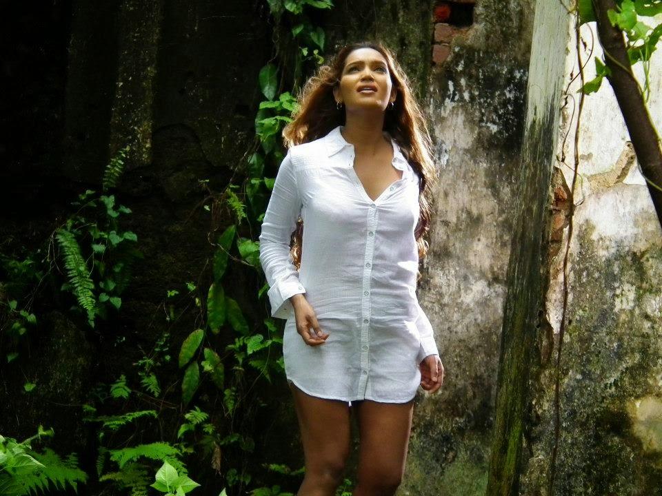 natasha rathnayake white t-shirt legs