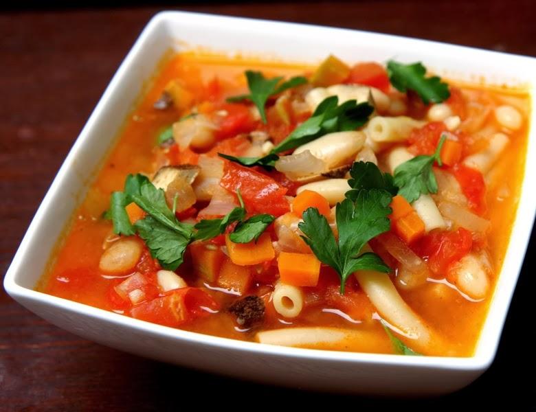 Minestrone vegano: legumes, feijão branco e macarrão