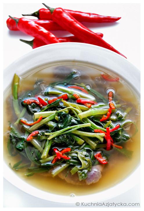 Zupa z wołowiną i szpinakiem wodnym © KuchniaAzjatycka.com