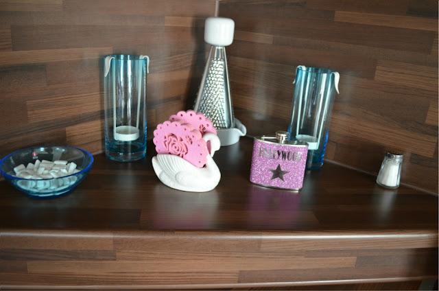 Pinkki turkoosi keittiö sisustus pinkki glitter taskumatti hollywood pinkit lasinaluset pentik tuikkukippo turkoosi iittala jälkiruokakulho