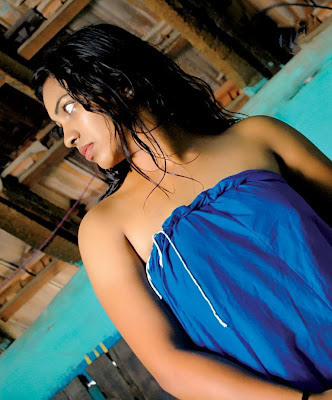 padikira vayasula movie hot photoshoot