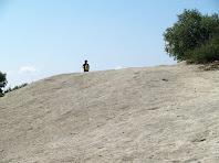Roca dura, grisa, sense vegetació, així és la miranda de la Madrona