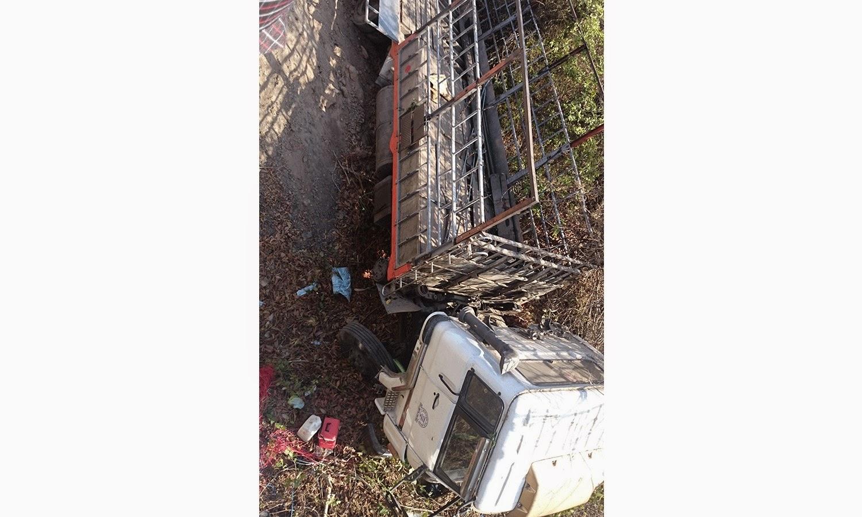 Gia Lai: Xe ô tô tải mất lái rơi xuống gầm cầu