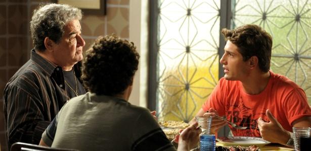 Roni vira a estrela da partida e é enaltecido pelos amigos do bairro do Divino (Foto: Divulgação/TV Globo)