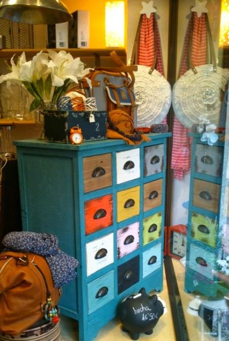 Mueble vintage cajones de colores.