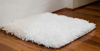 Banheiro personalizado com tapetes brancos