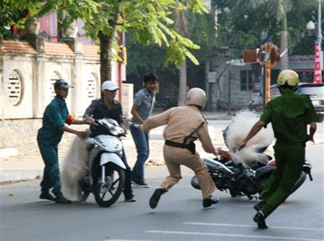 Polis Vietnam guna pukat untuk tangkap pelumba motosikal jalanan