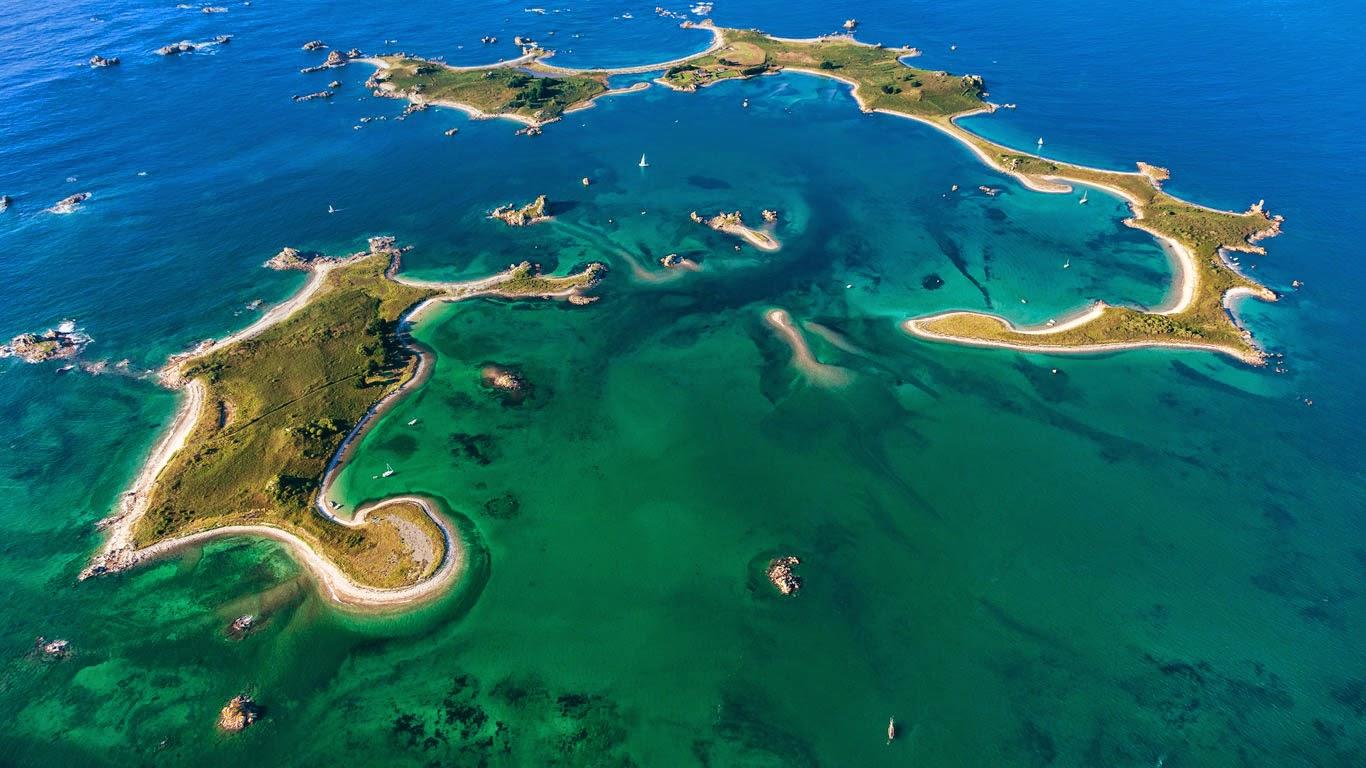La Petite Île and Ile d'Er, Plougrescant, Cotes d'Armor, France (© Leroy Francis/Hemis/Corbis) 212