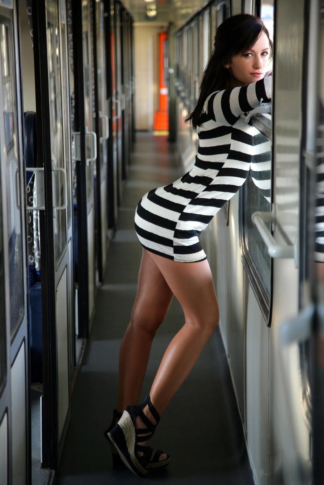 Фото девушек с огромными попами в облегающих коротких юбках 16 фотография