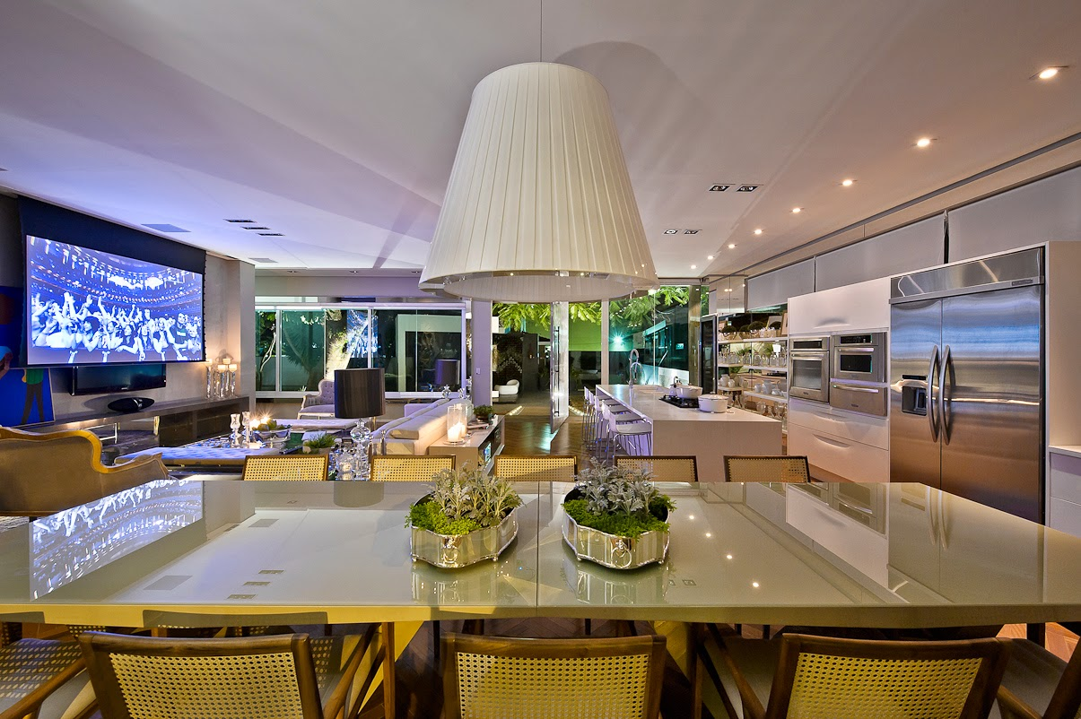Cozinha e salas estar/jantar integradas com decoração neutra e  #A17A2A 1205 802