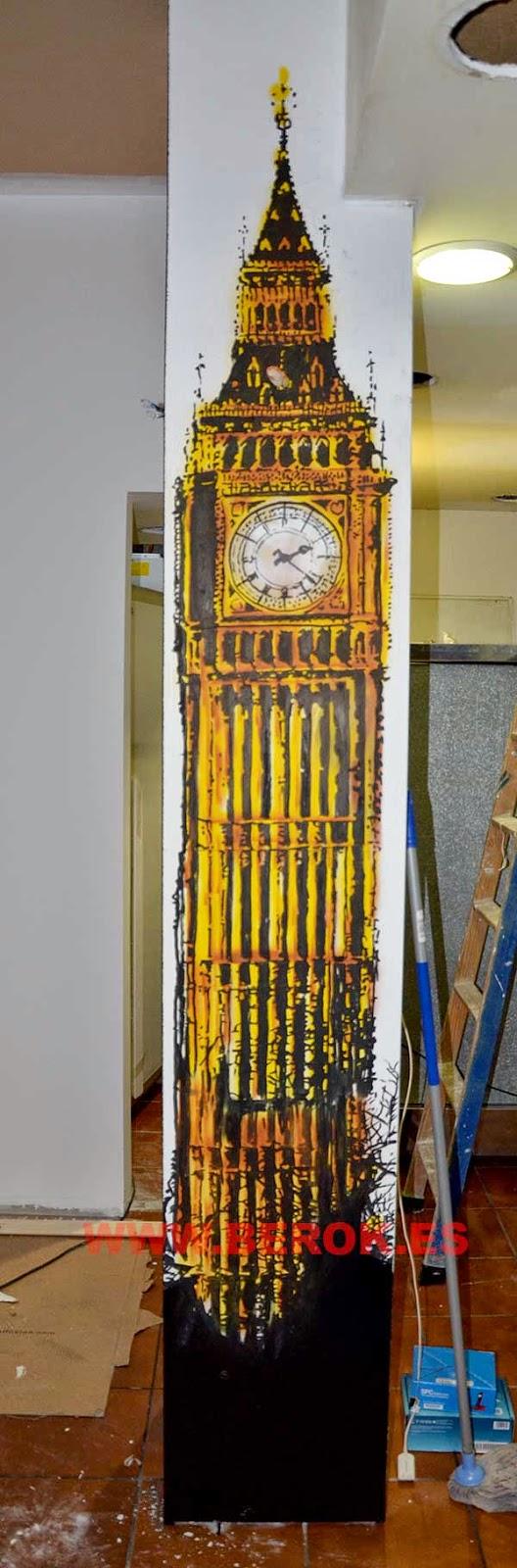 Mural sobre columnas del Big Ben