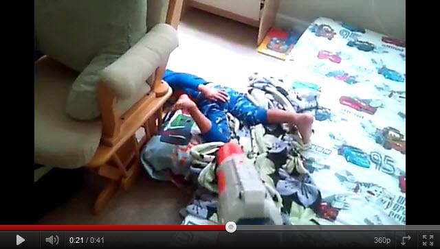 La mejor forma de levantar a tu hijo de la cama!