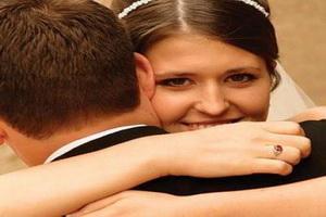 هل أنتى مستعدة للزواج - عروسة تحضن تحتضن عريس - bride and groom
