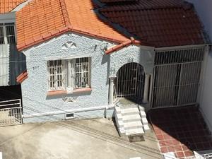 Entrada da casa é coberta por tapumes (Foto: Mateus Bassi / G1)