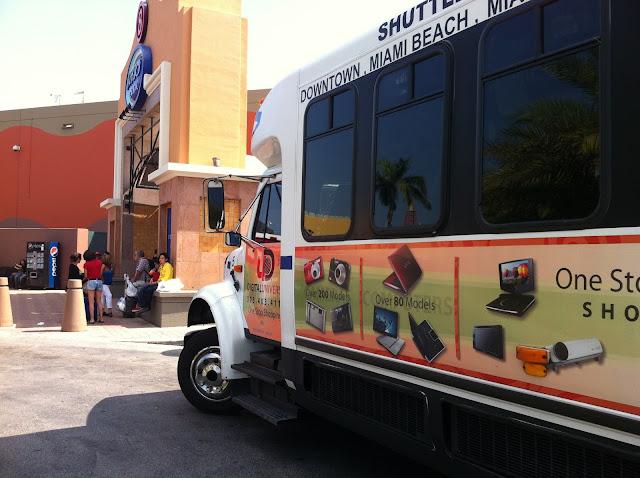 Ônibus exclusivo para clientes na porta do Dolphin Mall