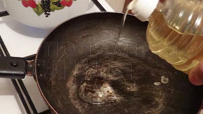 наливаем подсолнечное масло в разогретую сковородку
