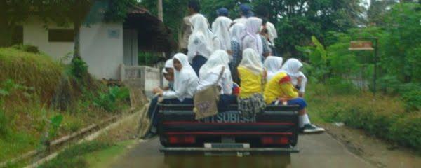 Bagi masyarakat pelosok, mobil jenis pickup ini bisa dijadikan mobil angkutan umum. Pelajar di daerah Tambaksari – Ciamis Utara ini memanfaatkan angkutan tersebut untuk berangkat dan pulang sekolah.
