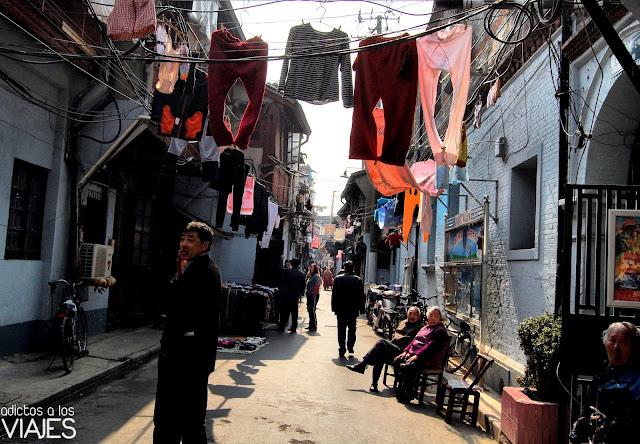 señores tomando el sol en una calle de shanghai china